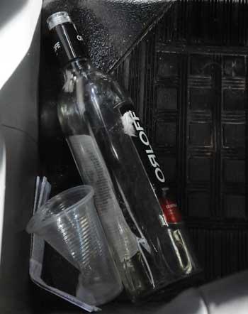 Garrafa de bebida foi encontrada no carro do médico, que apresentava sinais de embriaguez (Paulo Filgueiras/EM/DA Press)